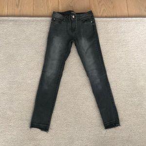 Slimy jeans with frayed bottom